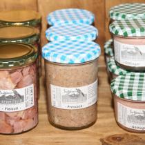 Eine große Auswahl an verschiedenen Fleisch- und Wurstgläsern.