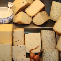 Ein Blick in die Käsetheke zeigt unsere reichhaltige Auswahl.
