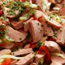 Wurstsalat mit Tomaten und Zwiebeln